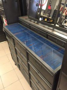 meuble ndustriel dessus verre bleu vintage