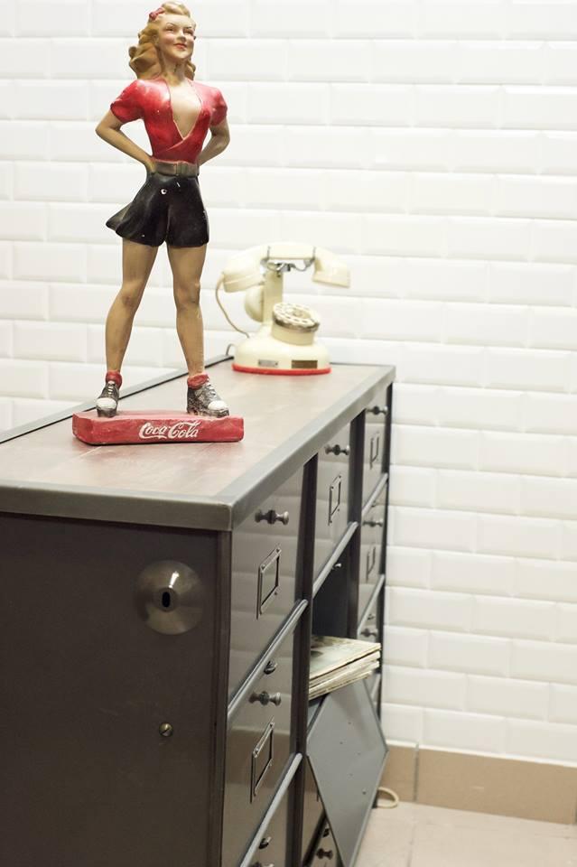 meuble ron o casiers et statuette coca cola steel loft paris. Black Bedroom Furniture Sets. Home Design Ideas